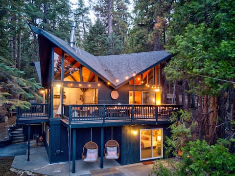 🌲 Mid-century A-Frame cabin in the Treetops