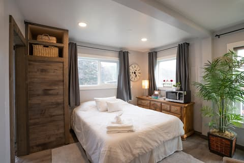 Mini Manor 1-Room Suite - A farm life experience!