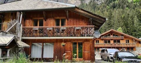 Chalet avec balcon en face montagne et plein air