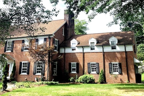 Cute & Cozy ~ 1 bed 2nd Floor Suite -Close to UPMC