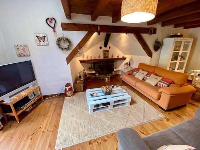 Gran salón, con TV , equipo música, es muy acogedor con 2 amplios sofás con cocines y una mecedora hay chimenea que convierte a la estancia en un lugar totalmente hogareño y confortable.