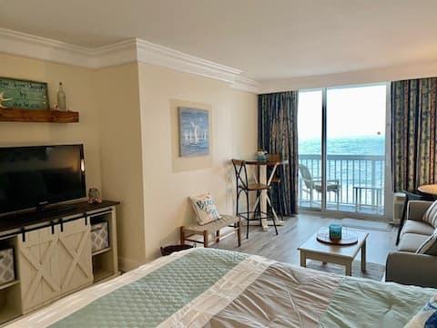 Oceanfront Escape Condo- Private Balcony 5th Floor
