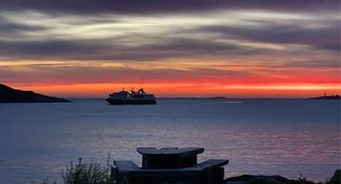 Hytte helt ved sjøen, med utsikt mot vest.