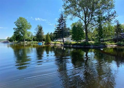 Grande maison et immense terrain sur bord de lac