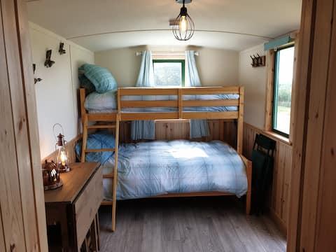 Cosy shepherd's hut with stunning views on NC 500