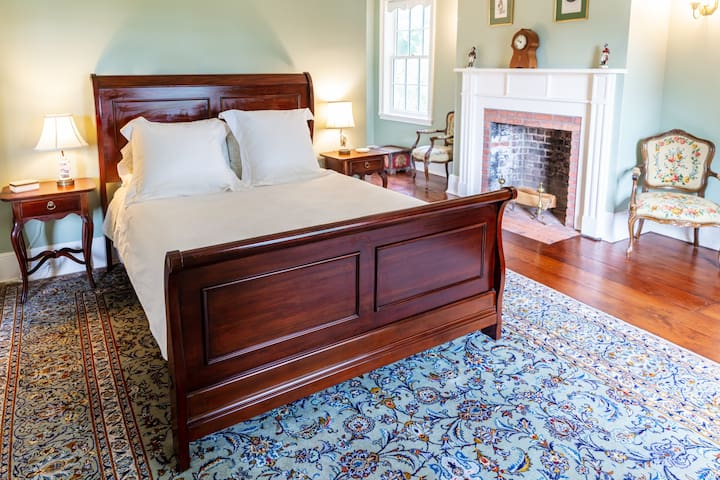 Beautiful Queen size sleigh bed