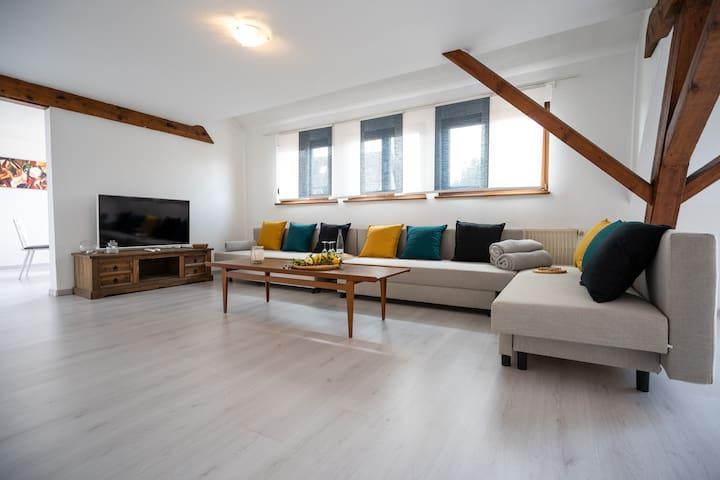 Wohnbereich mit drei Schlafcouchs. Liegefläche 140x200cm pro Couch. Können bei Bedarf für den 7., 8. und 9. Gast hergerichtet werden.