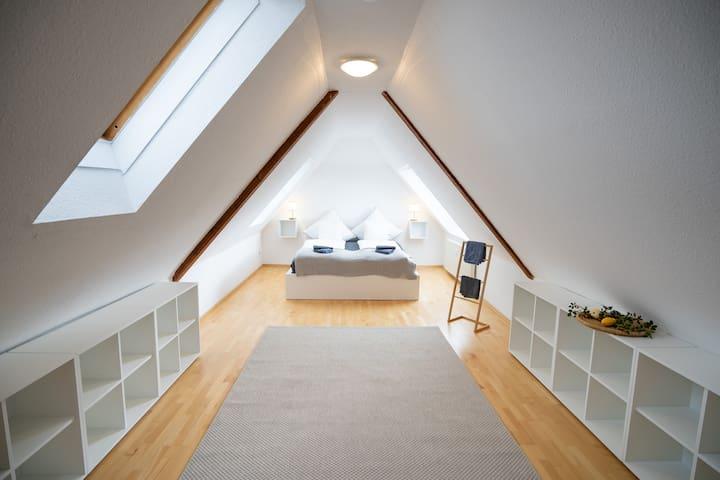 Master-Schlafzimmer mit Doppelbett 180x200cm sowie 27cm hohe  Taschenfederkernmatratze