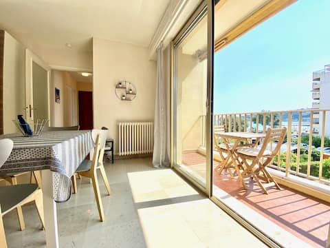 Beautiful seafront studio with parking