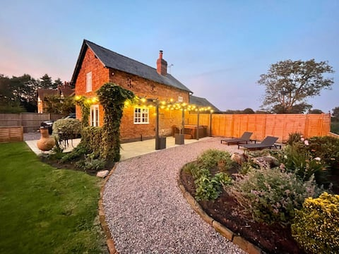Idyllic country cottage,outstanding views, hot tub