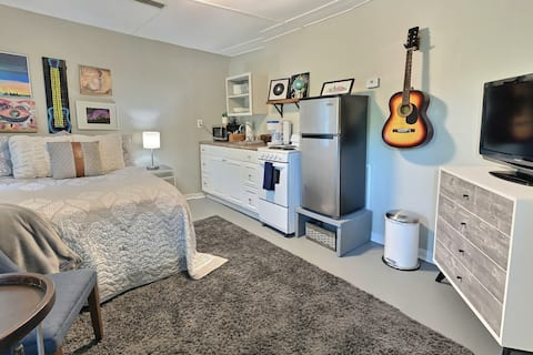 The Back House: Private Midtown Studio Guest House