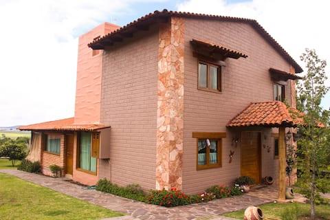 Cabaña renovada con terraza y jardín
