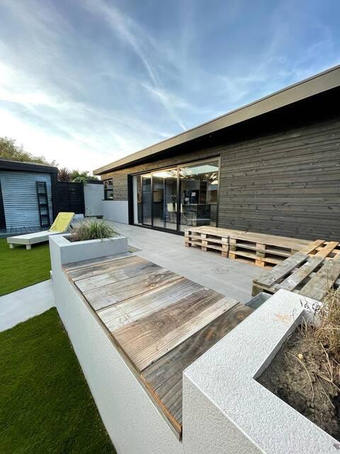 The Half Way House - Modern bungalow near beach.