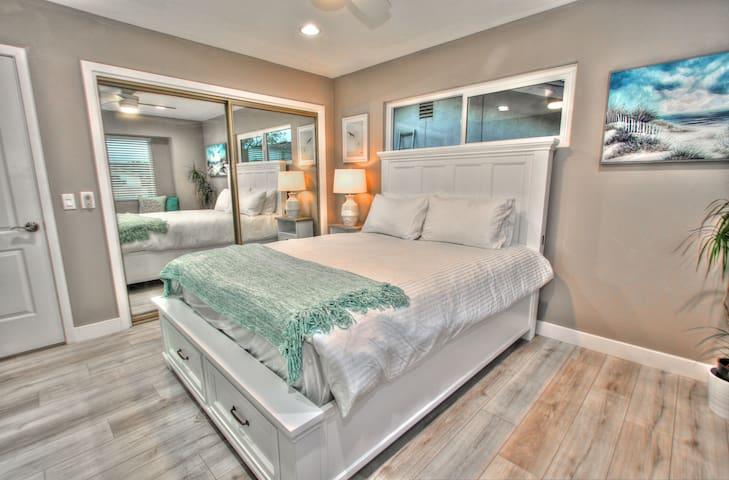 Large closet, ceiling fan, recessed lighting.