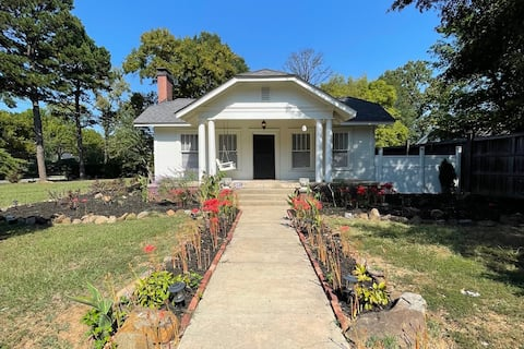 Mid-Centry Modern Downtown Cottage!