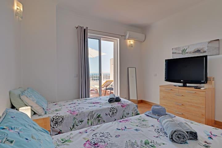 Slaapkamer nummer 2 met balkon en zeezicht.