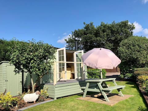 Delightful Shepherd Hut with countryside  views.