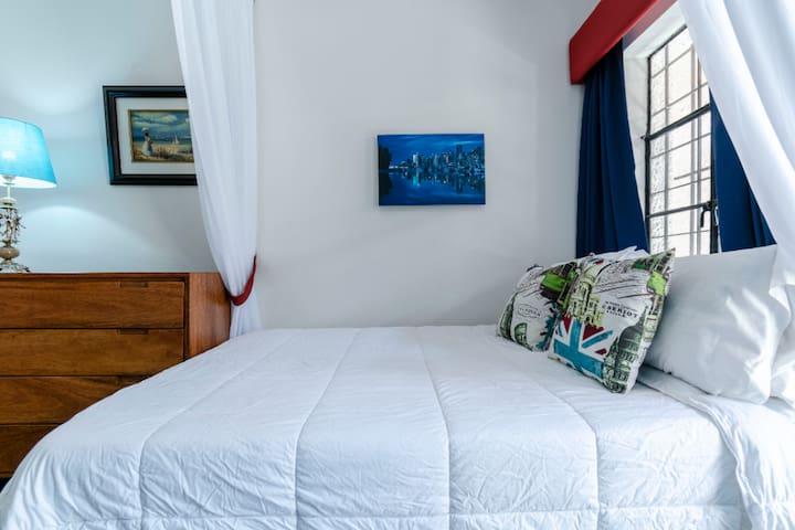 Cama Queen! es el dormitorio secundario con salida al patio posterior del departamento.   una ampolia comoda de madera.
