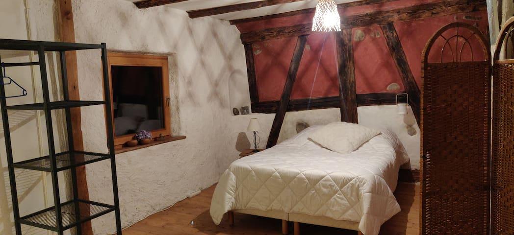 Chambre spacieuse côté jardin : un lit 2 personnes (140cm/1,90cm)  un BZ  pour 2 personnes, paravent, portant