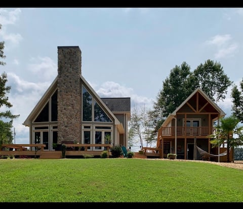 Relaxing lakefront home with detached bunkhouse.