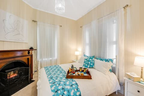 Toowoomba Character listed cottage, pet friendly.