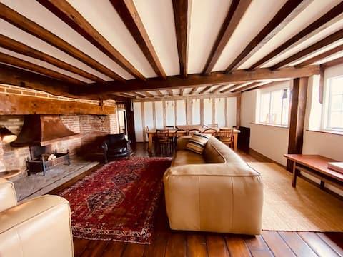 Stunning 6 Bed Tudor Manor Orchards & Great Pub
