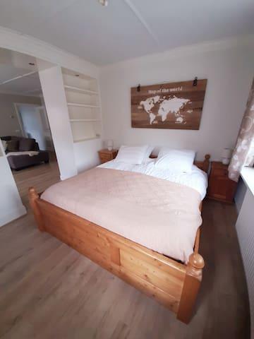 Het slaapgedeelte bevindt zich en suite van de living,met voldoende kastruimte om kleding in op te bergen.Het bed wordt standaard opgemaakt met 2x 1 persoonsdekbed.Op aanvraag is  een 2 persoonsdekbed mogelijk.Ook zijn extra dikkere kussens aanwezig.
