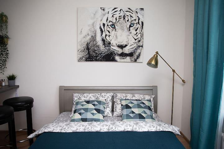 Удобная большая кровать 160*200 позволит отдохнуть после длительных прогулок по гостеприимному Санкт-Петербургу