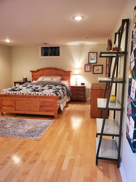 Lovely- private 1 bedroom/1 bath with free parking