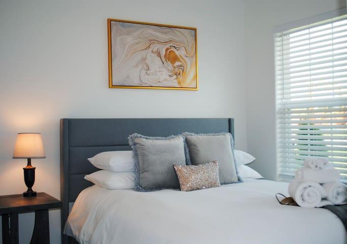 Bedroom 2, (Queen Bed)