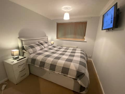 Comfortable room w/ kingsize bed and Netflix