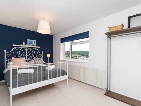 Modern 2 bedroom house with on street parking