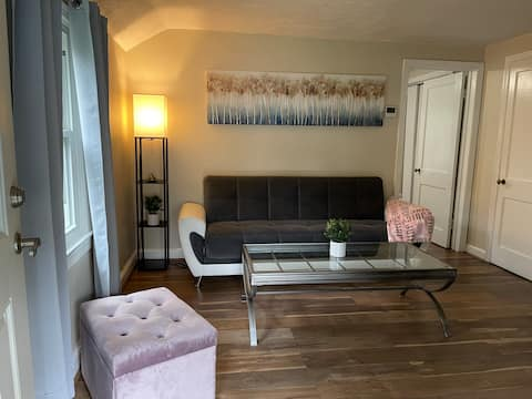 Adorable 1-Bedroom guesthouse with free parking