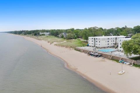Upscale 2br w/ private beach and pool on Lake MI.