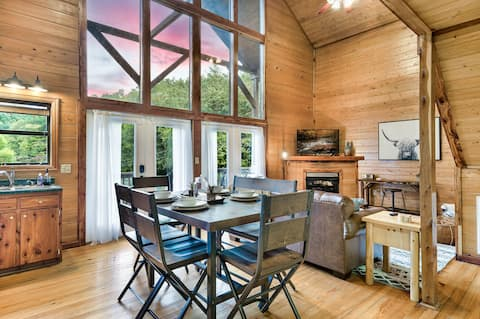 Charming cabin w/ king bed, wifi, hot tub, arcades