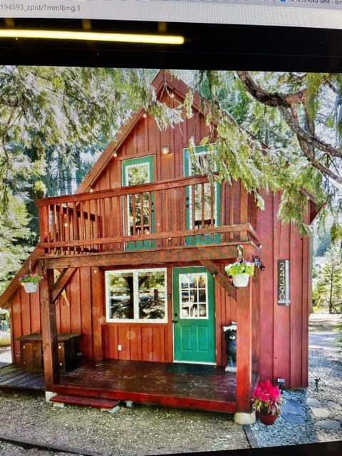 Enjoy our little red cabin !!