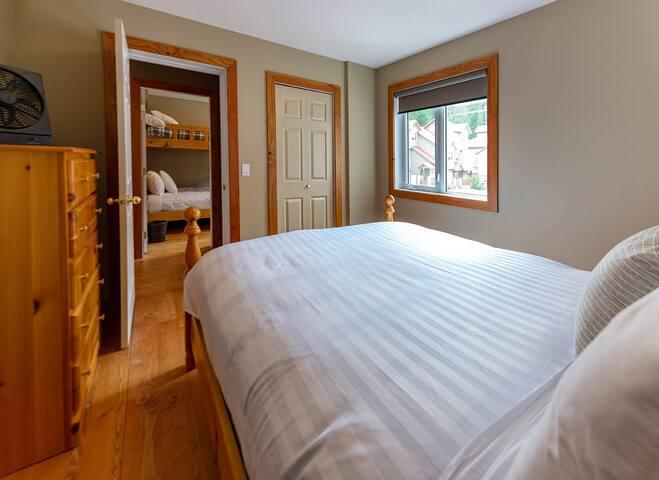 2nd bedroom with a Queen bed (main floor)