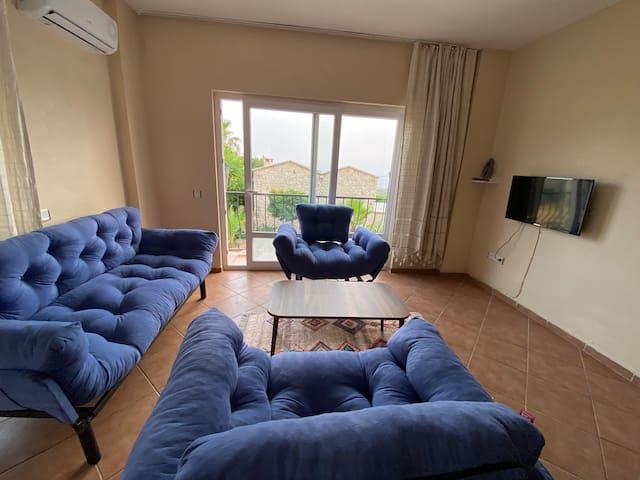 Salondaki kanepe açılarak bir kişiye daha yatak yapılabilir.