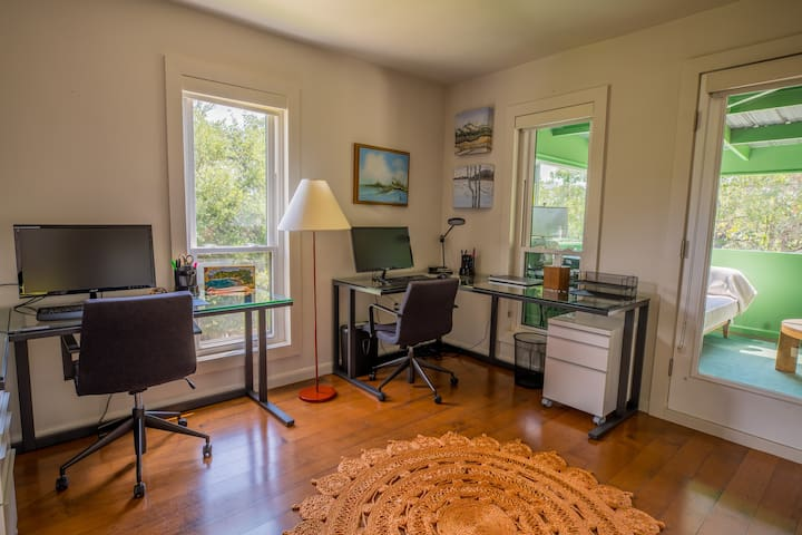 Fully equipped office and workspace, or transform into an additional bedroom
