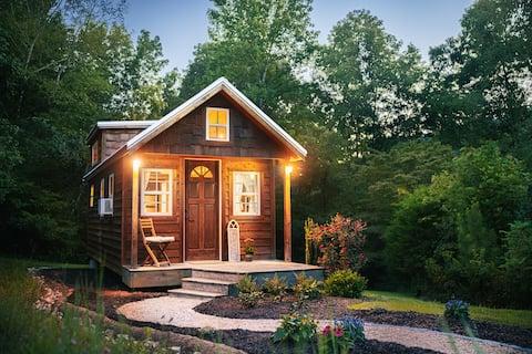 囲炉裏付きの田舎の快適なタイニーハウス