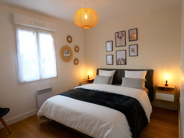 Des couvertures et coussins supplémentaires sont à votre disposition dans l'armoire de la chambre.