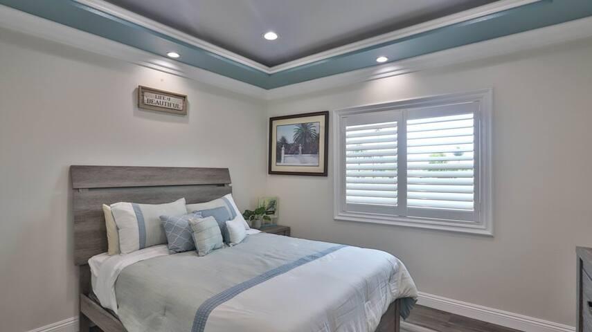 Bedroom #6 (2nd floor): 1 furnished queen bed