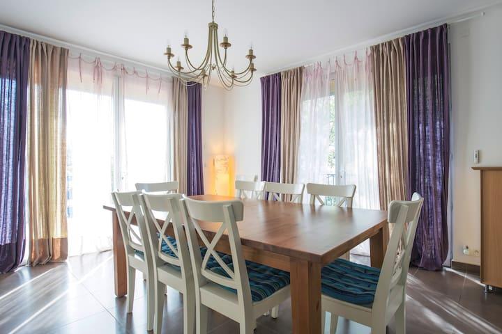 5 bedroom villa with pool near sea