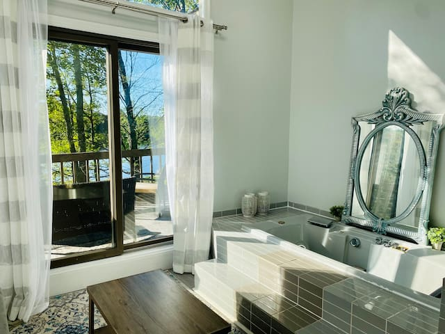 Jacuzzi overlooking at the lake