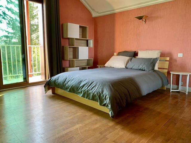 3 chambres spacieuses avec 3 lits doubles qui peuvent accueillirent jusqu'à 8 personnes avec les deux lits d'appoints Dès votre réveil profitez de la vue imprenable sur le lac depuis le balcon des chambres