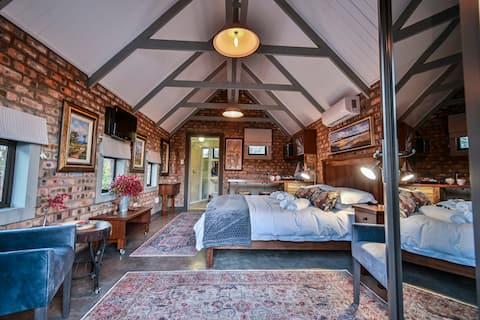 Upper Room:  Unique self catering Studio Apartment