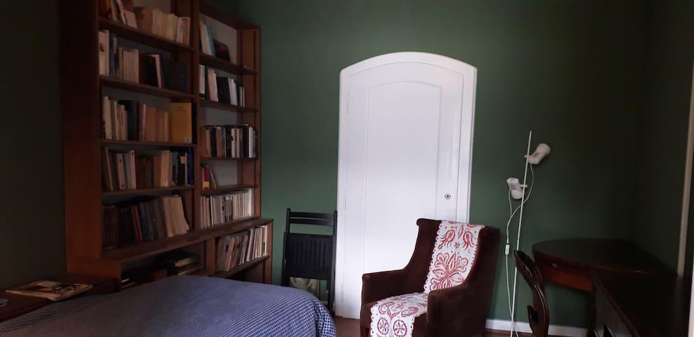 Chambre à coucher 2: lit simple pouvant se dédoubler ( 200 x 170)