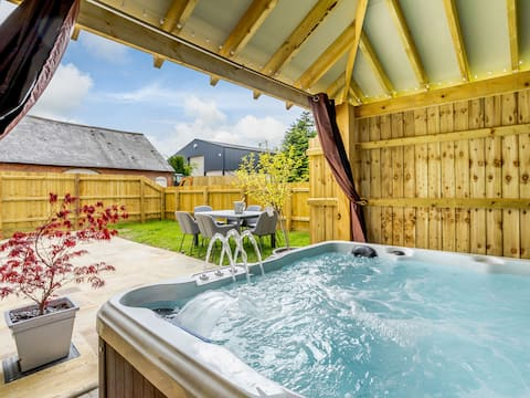 Luxury 2 Bed Cottage with Private Garden & Hot Tub