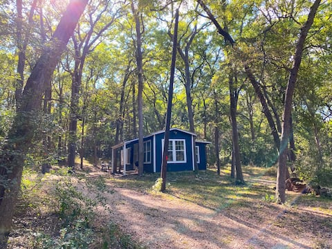 Cozy Cabin on the Creek <15 Miles to Magnolia