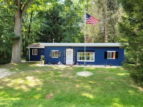 Alegre casa de campo de 2 dormitorios con bañera de hidromasaje cerca del lago.
